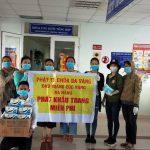 Tặng khẩu trang miễn phí cho người bệnh tại bệnh viện Ung bướu Đà Nẵng