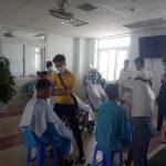 Cắt tóc miễn phí cho người bệnh tại Bệnh viện Ung bướu Đà Nẵng